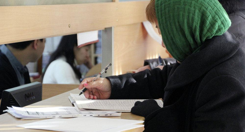 Женщина заполняет ежегодную декларацию о доходах. Архивное фото