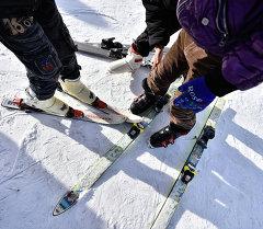 Лыжа тээп эс алгандар. Архивдик сүрөт