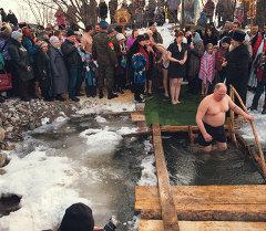 Верующие во время крещенских купаний. Архивное фото