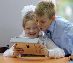 Школьники с планшетом. Архивное фото