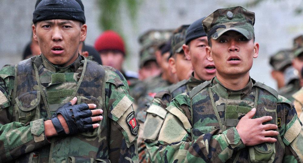 Кыргызский солдаты исполняют Гимн страны. Архивное фото.