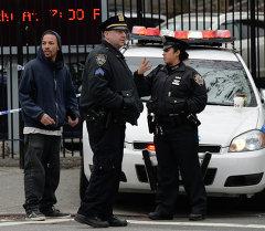 Полицейские на страже на пересечении Томпкинс авеню и Миртл Ave 21
