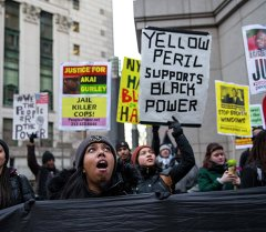 Демонстранты во время акции протеста против полицейского насилия по отношению к меньшинствам, Нью- Йорк, США.