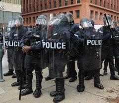 Полицейские стоят на боевом дежурстве после Арест был произведен во время акции протеста в центре Сент-Луисе, штат Миссури 30 ноября 2014 года