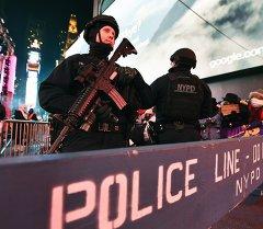 Сотрудники Нью-Йоркской полиции охраняют улицу, на Новый год в Таймс-сквер. Нью-Йорк, 31 декабря 2014 года