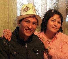 Гражданин Мозамбика Сальвадор Айрес со своей мамой, гражданкой Кыргызстана. Архивное фото