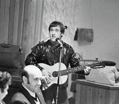 Архивное фото советского автора-исполнителя, поэта, актера театра и кино Владимира Высоцкого
