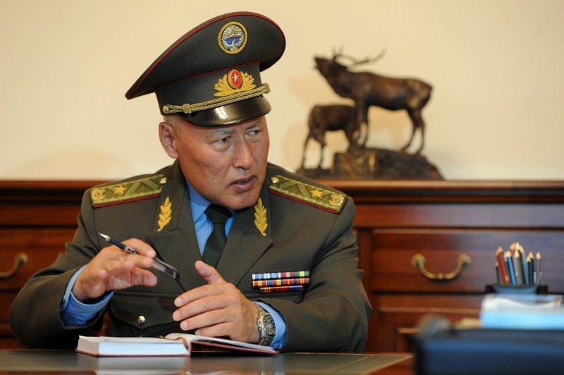 Президент Алмазбек Атамбаев принял начальника Генерального штаба Вооруженных Сил Асанбека Алымкожоева