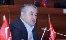 Жогорку сот Ата Мекен фракциясынын лидери Өмүрбек Текебаевдин архивдик сүрөтү
