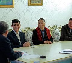 Президент Кыргызской Республики Алмазбек Атамбаев принял авторов короткометражного фильма «Зарыл ишиң болбосо Зардалыда эмне бар?»