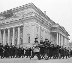 Всеобщее военное обучение (Всевобуч) жителей на площади у Александринского театра. Архивное фото