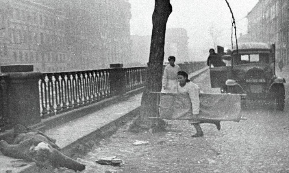 Помощь раненому во время бомбежки