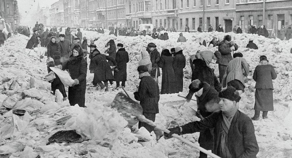 Ленинградцы расчищают улицы родного города после первой блокадной зимы. Архивное фото