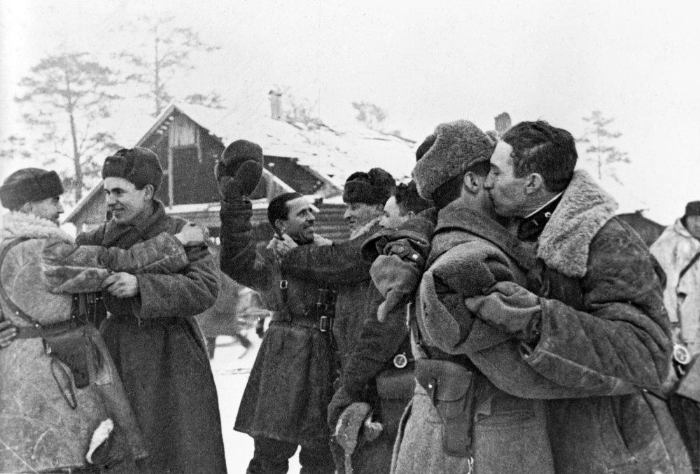 Встреча солдат Красной армии после прорыва блокады Ленинграда