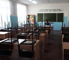 Преподаватель в аудитории школы. Архивное фото