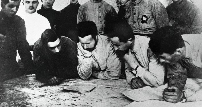 Командующий фронтом Михаил Васильевич Фрунзе в штабе Туркестанского фронта.