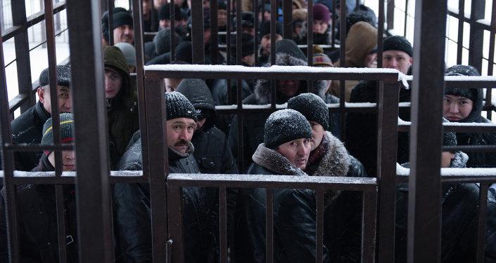 Очередь мигрантов у отделения УФМС. Архивное фото