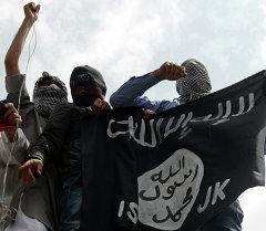 Ислам мамлекети террористтик уюмунун желегин кармаган согушкерлер. Архив