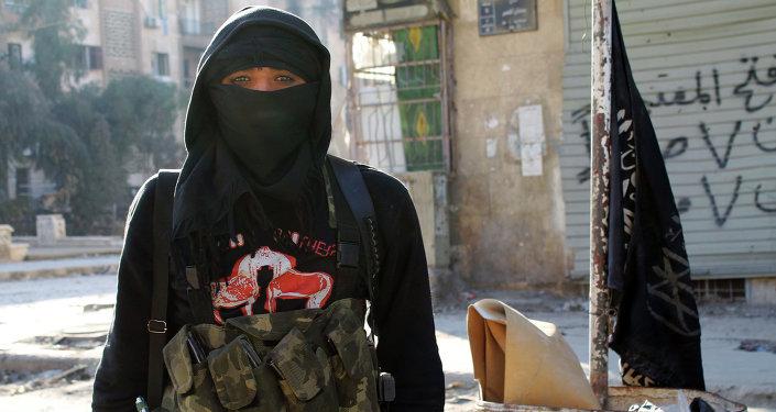 Член джихадистов на одной из улиц в сирийском городе Алеппо. Архивное фото