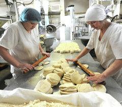 Работницы изготавливают тесто. Архивное фото