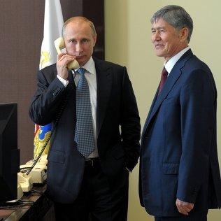 Президент России Владимир Путин и Алмазбек Атамбаев. Архивное фото.