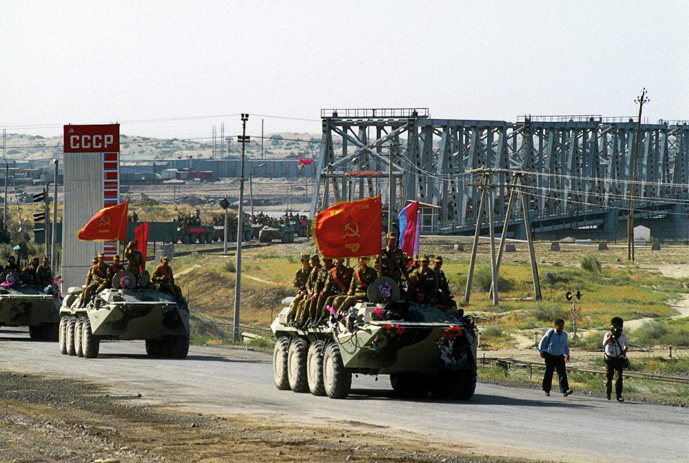 Первая колонна советских войск, возвращающихся из Афганистана на родину