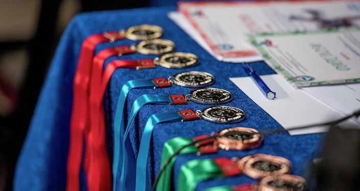 Спортчуларга берилүүчү медалдар. Архив