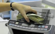 Доллар санап жатат кассир. Архив
