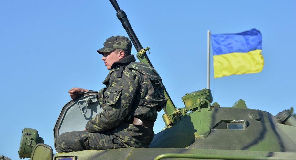 Украинские военные на бронетранспортере