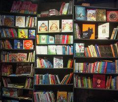 Полки с книгами. Архивное фото