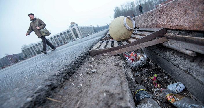 Неубранный мусор и сломанный фонарь на главной площади Ала-Тоо. Архивное фото