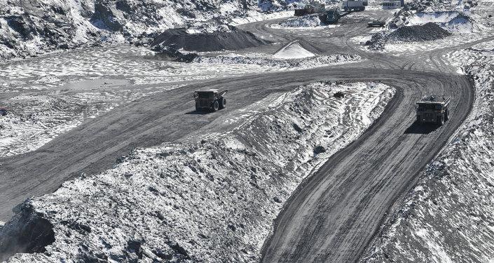 Грузовые машины в руднике Кумтор. Архивное фото