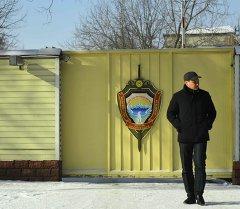 Прохожий у ворот Государственного комитета национальной безопасности Кыргызстана. Архивное фото
