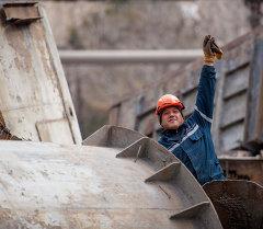 Рабочий в Бишкеке. Архивное фото