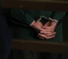 Человек в наручниках. Архивное фото