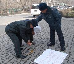 Кыргызстандык активист Белоруссиянын элчилигине жумуртка ыргытууга аракет кылды