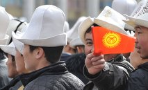 Молодые парни с флагом Кыргызстана. Архивное фото