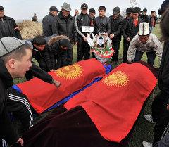 Похороны героев апрельских событий в Мемориальном комплексе Ата-Бейит на окраине Бишкека. Архивное фото