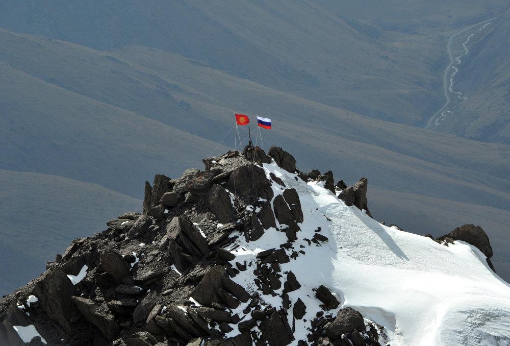 Флаг Кыргызстана и России на пике имени Владимира Путина. Высота пика 4446 метров.