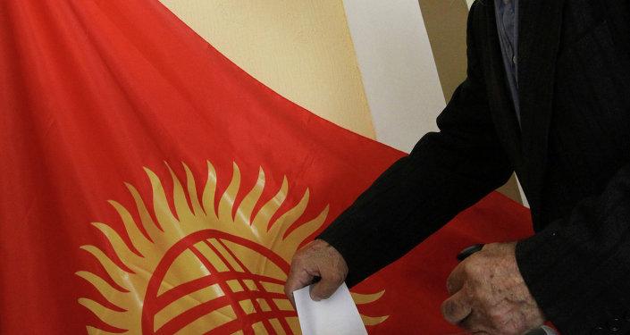 Житель Бишкека на одном из избирательных участков. Архивное фото