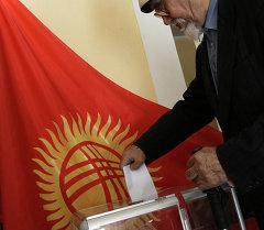 Житель Бишкека на одном из избирательных участков города. Архивное фото