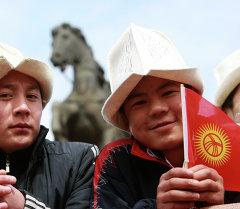 Кыргыз жаштары. Архивдик сүрөт