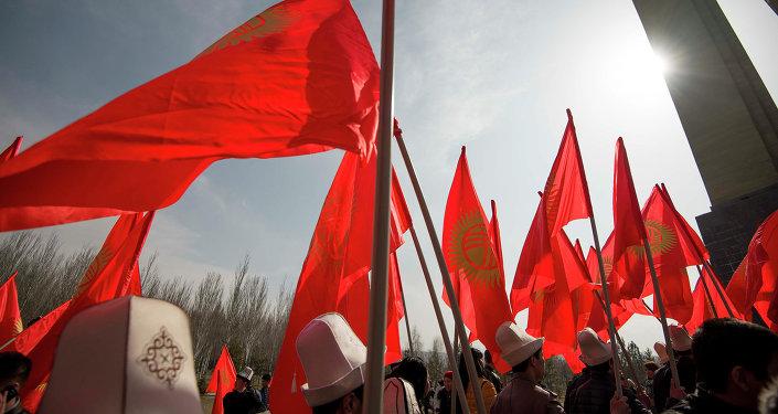 Горожане с флагами Кыргызстана. Архивное фото
