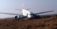 Аэробус выкатился за пределы полосы при посадке в Катманду. Кадры с места ЧП