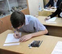 Экзамен тапшырып жаткан окуучулар. Архив