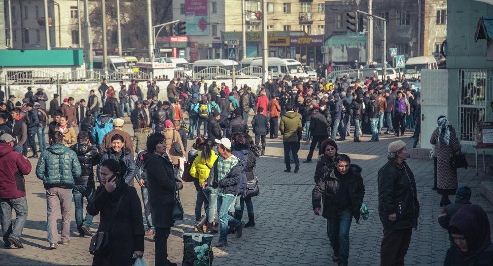 Горожане около Ошского рынка в Бишкеке. Архивное фото