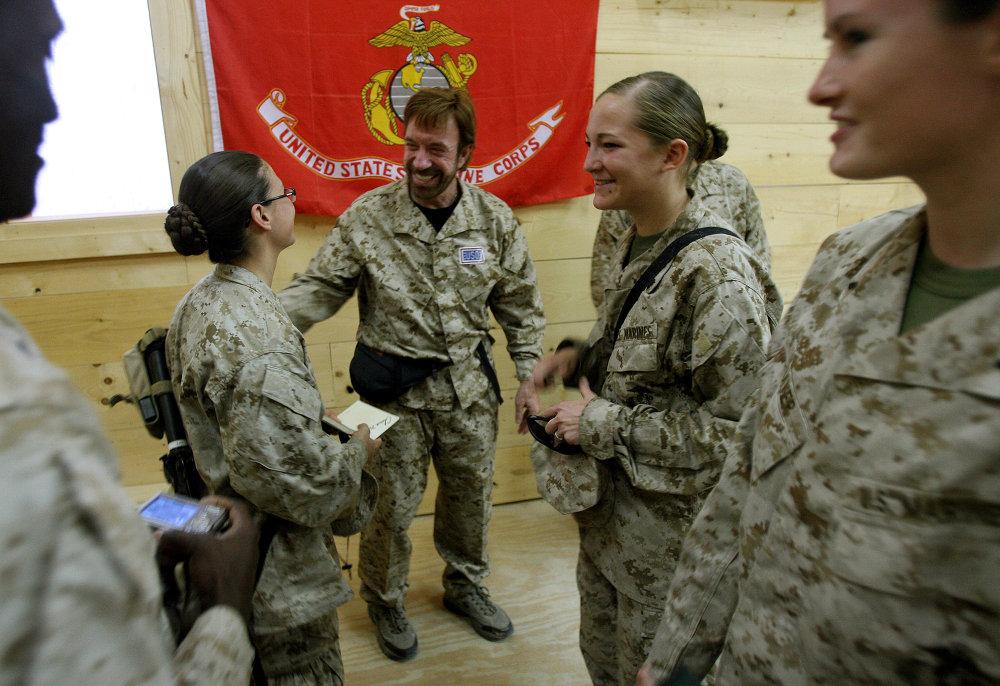 Голливудский актер встречается с военнослужащими в провинции Аль-Анбар