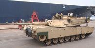 Военные США выгрузили танки Abrams и бронемашины M2A3 Bradley в порту Риги