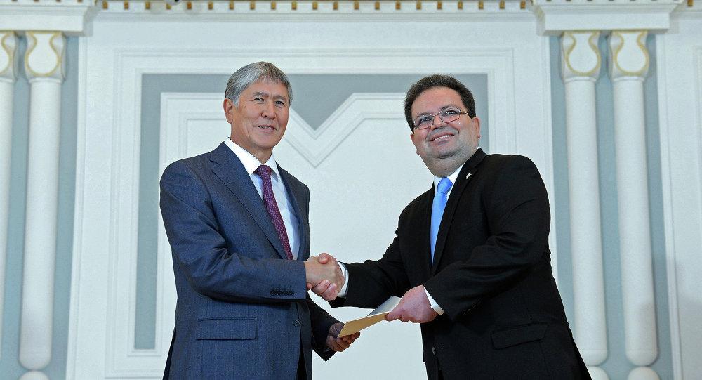 Президент Алмазбек Атамбаев принимает верительные грамоты