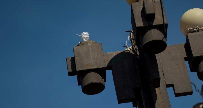 Разбитый фонарь на столбе в городе Бишкек